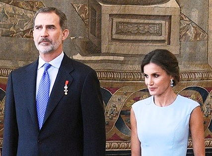 Foto: SS.MM. el Rey Felipe y la Reina Letizia de España.  Derivative work, original source: Ministry of the Presidency. Government of Spain